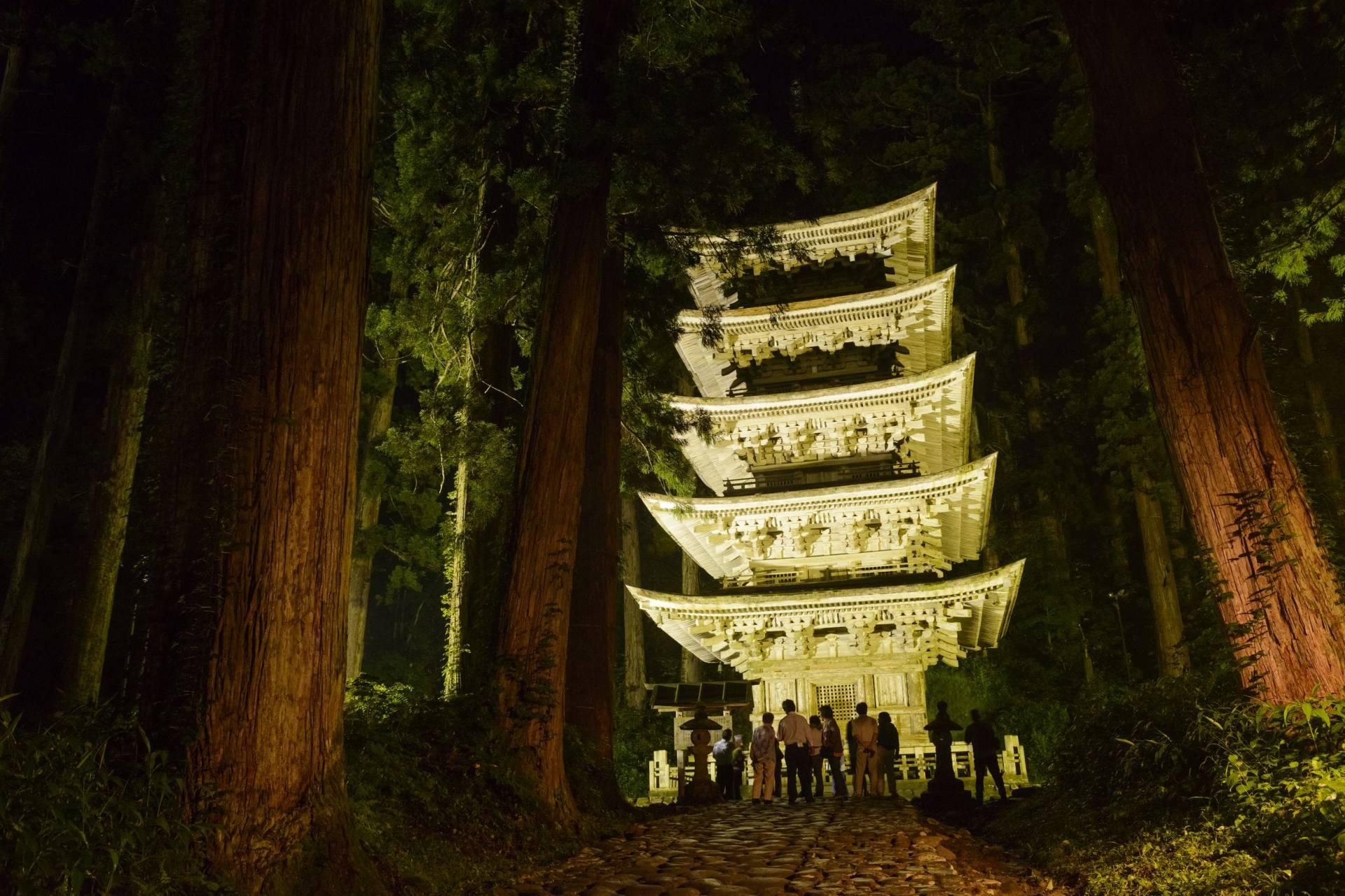 耸立杉林间的国宝「五重塔」
