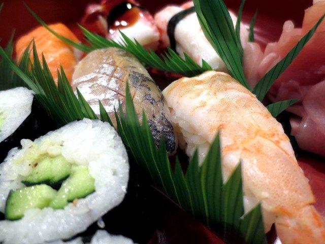 三文鱼、竹䇲鱼、大虾、小黄瓜寿司
