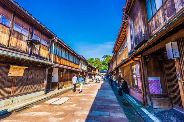 由一間間傳統風格的御茶屋及商店綿延而成的老街