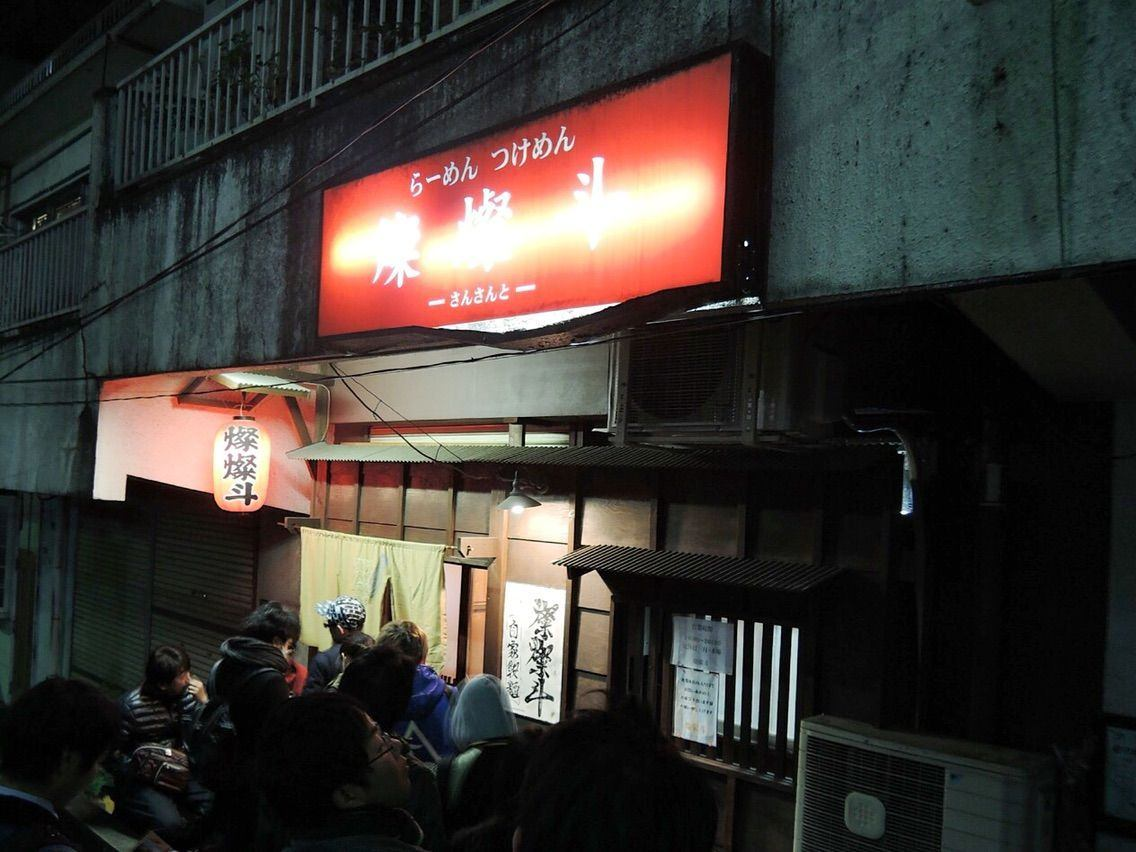 The old building, the red lantern and the red billboard all make people feel nostalgic about the Showa era.