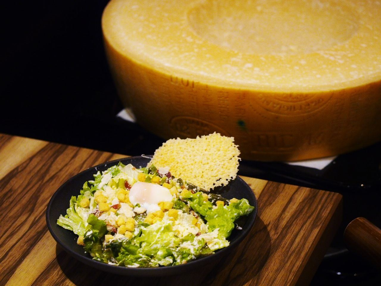 Luxury Caesar Salad, Tossed in a Parmesan Cheese Bowl(1280 yen)