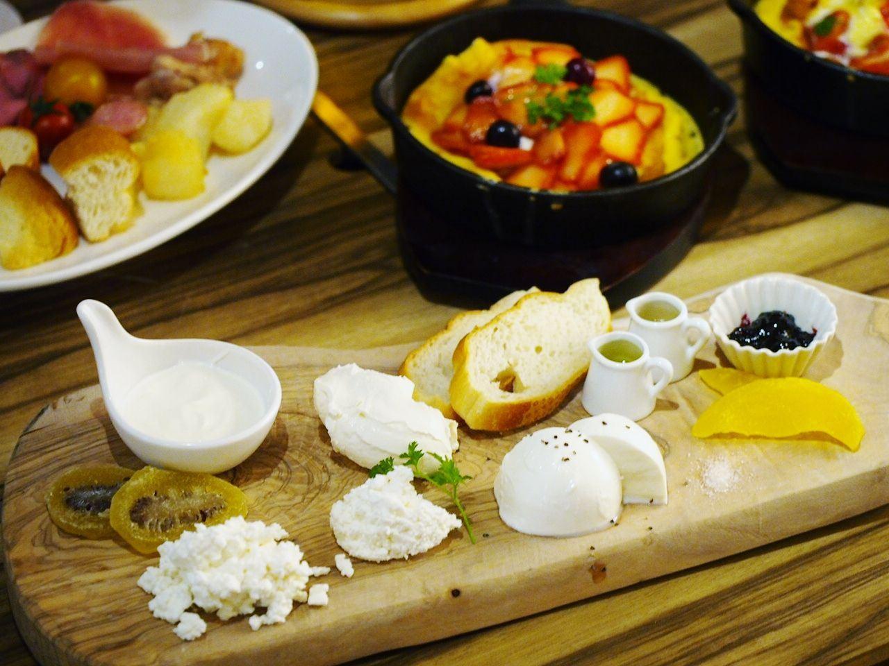 5 Varieties of House-Made Fresh Cheeses (1080 yen)