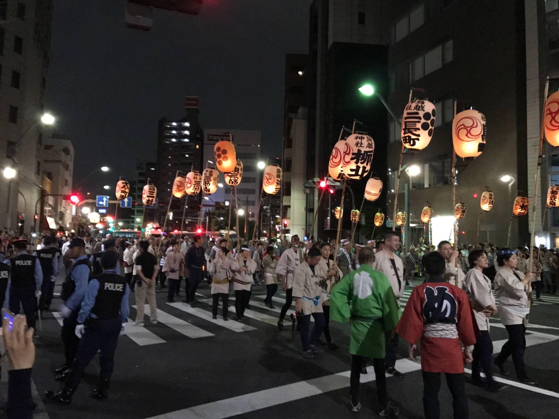 夜間在街巷舉行的「神輿渡御」遊行活動