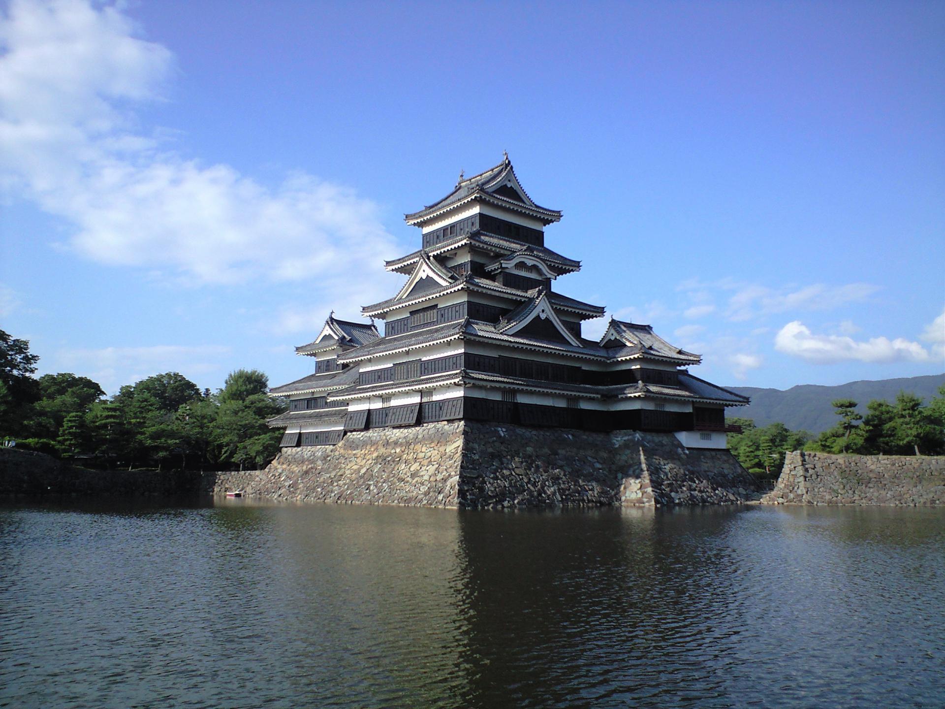 映照在大自然中的松本城
