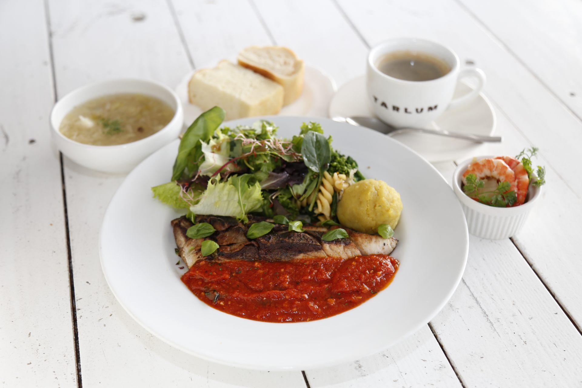 鲜鱼料理午餐950日圆(附前菜、汤及饮料)