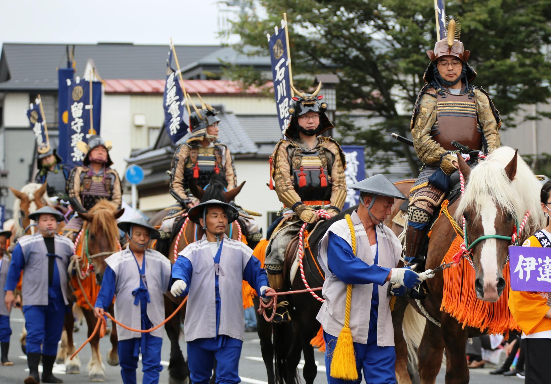 「伊達政宗公祭」中穿著盔甲遊街的武士