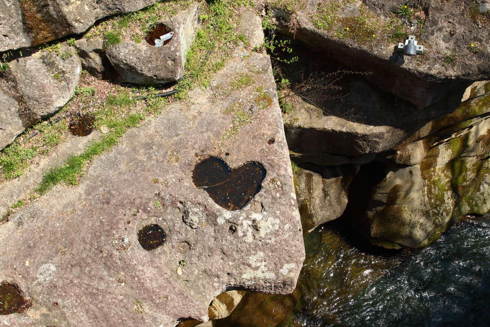 戀愛能量景點,「窺橋」石塊上凹陷下去的心形圖樣