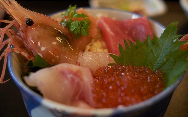 卸賣市場的海鮮丼