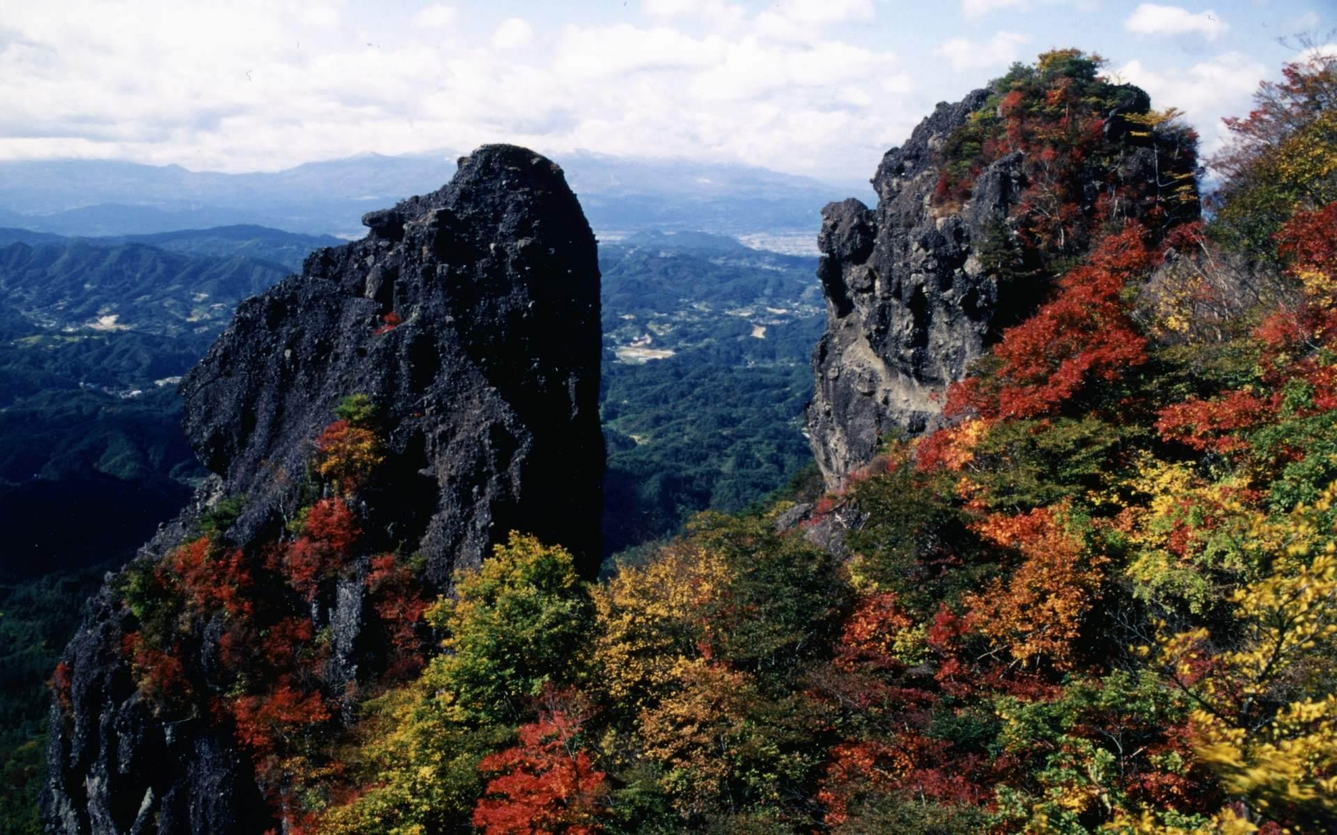 一邊登山,一邊欣賞奇岩怪石和紅葉的美景♪