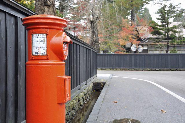 红色的邮筒和黑色的墙壁