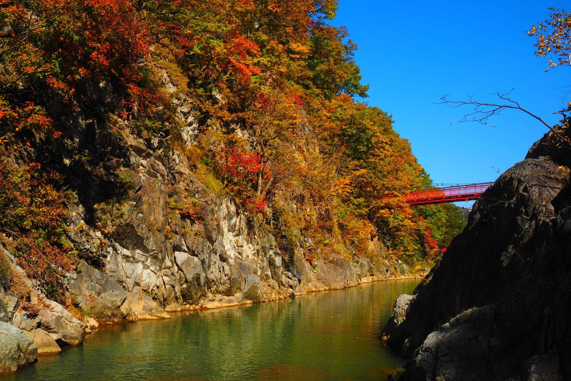 從河童淵欣賞朱紅色的二見吊橋