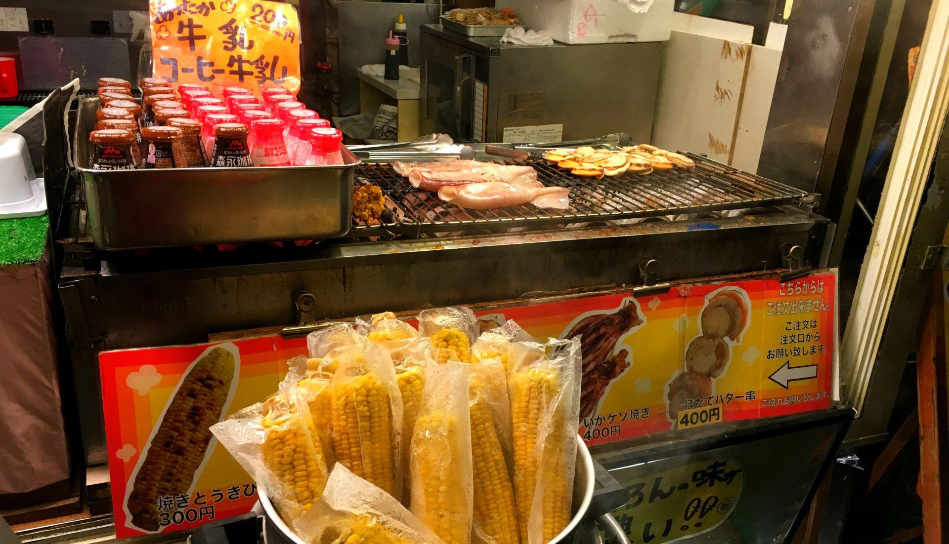 商店街設有販賣北海道特色美食的攤位