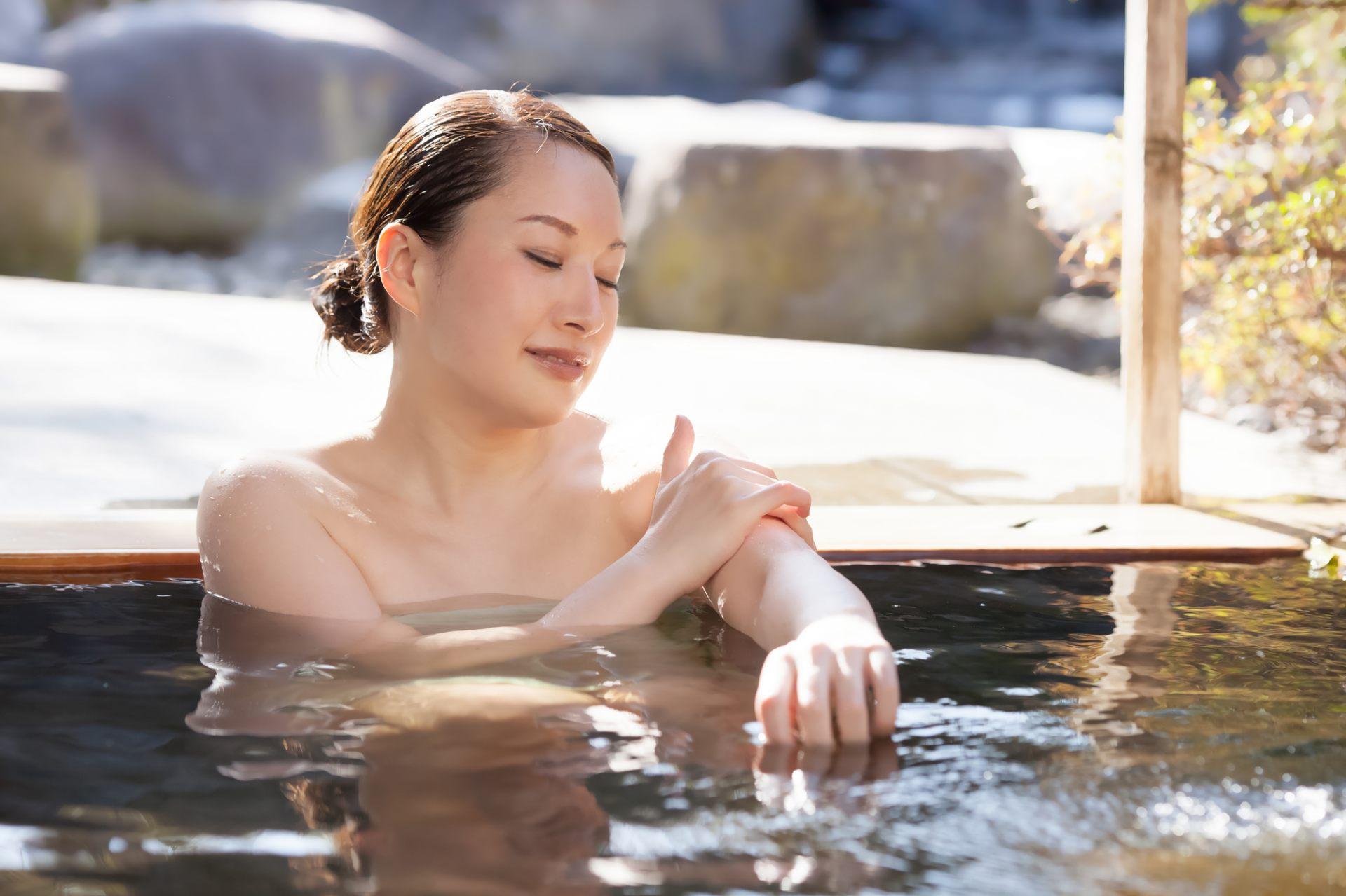 泡温泉不但消除了疲劳,皮肤也变得光滑了♪
