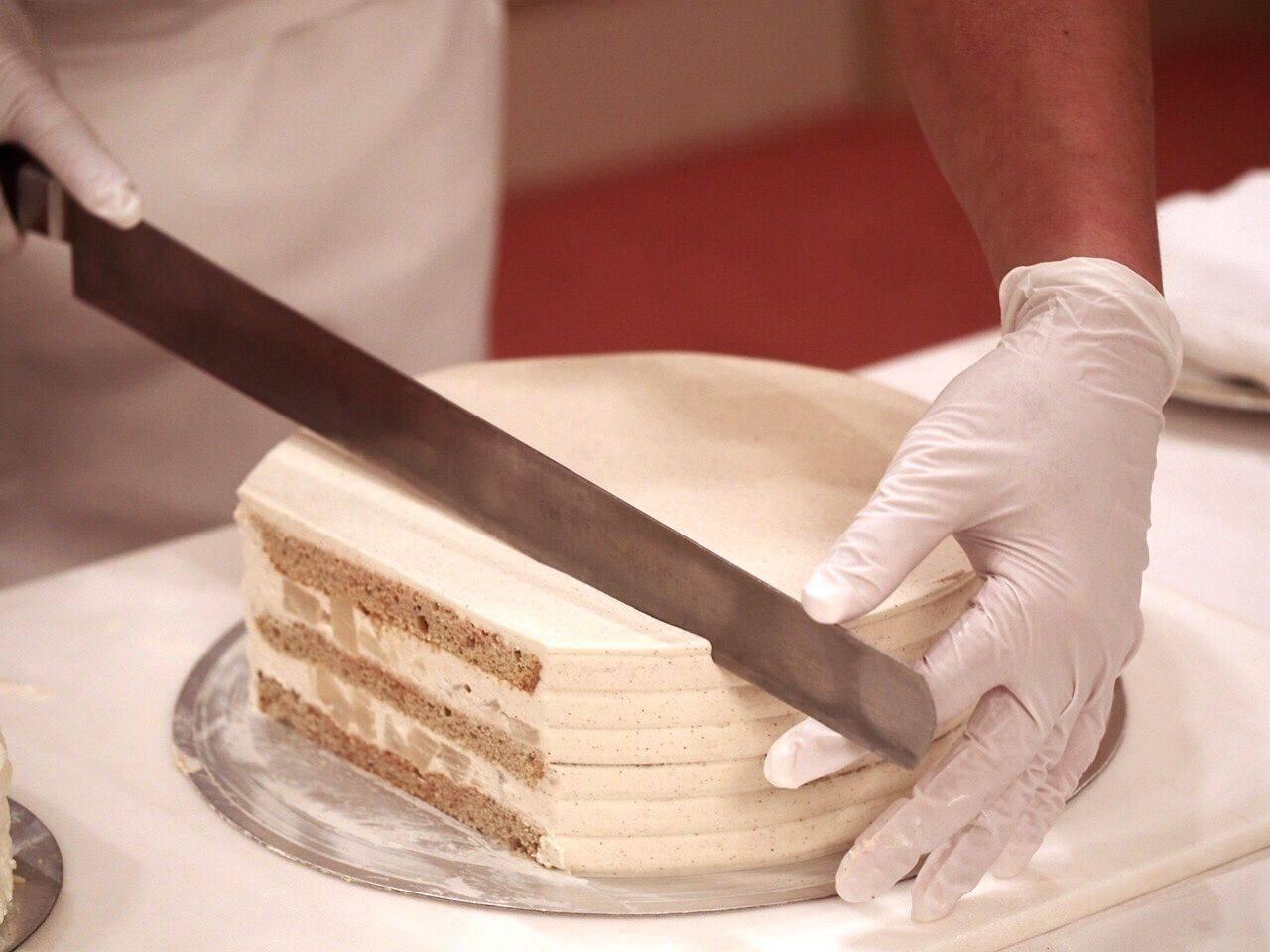 主厨切蛋糕的样子