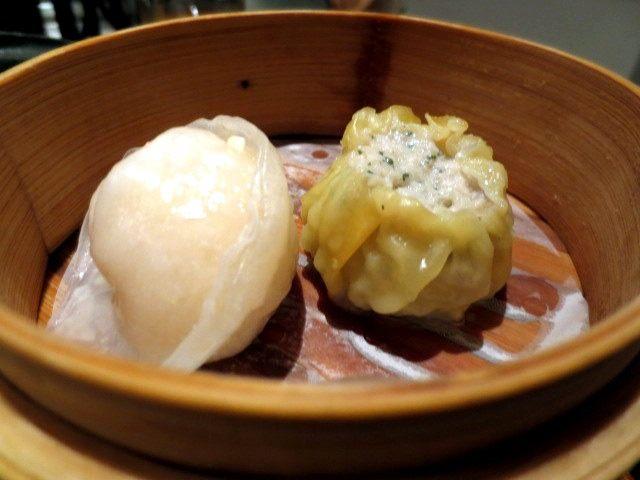 左:扇贝虾蒸饺 / 右:鸡肉大叶烧卖