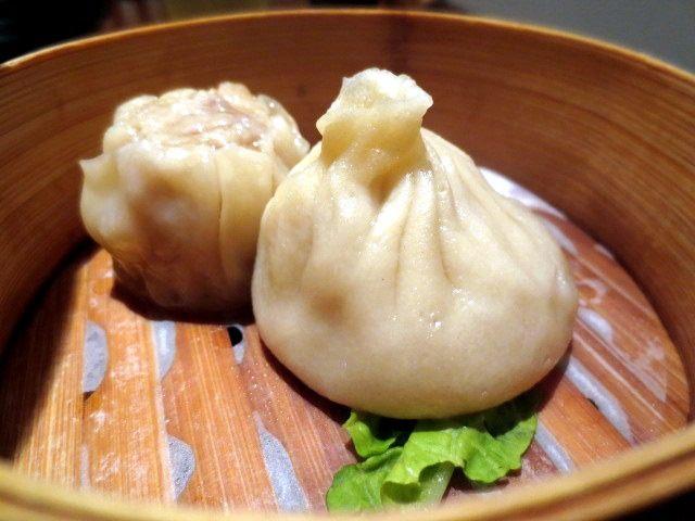左:鱼翅饺 / 右:灌汤小笼包