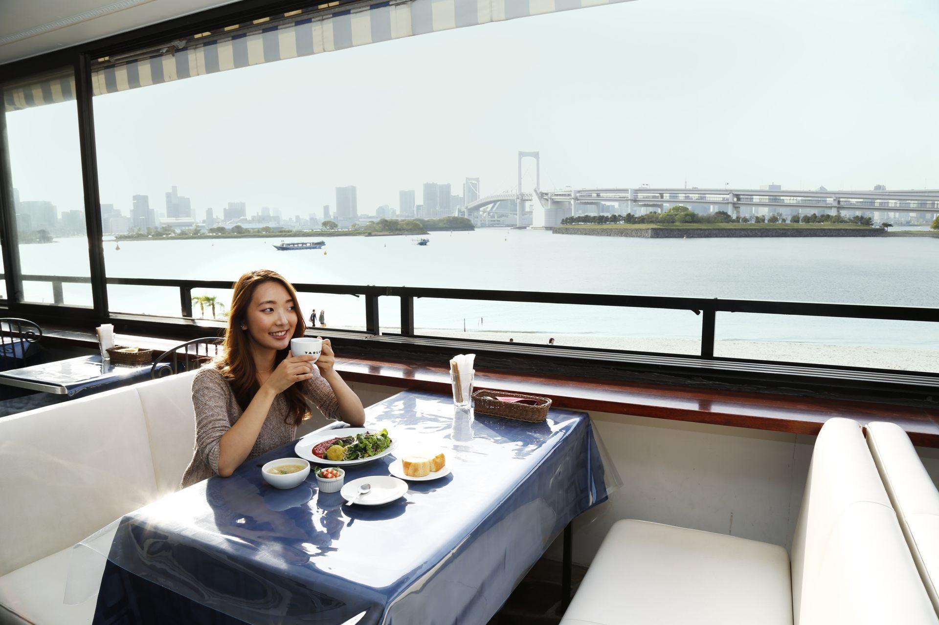 边欣赏东京湾景色边用餐♡