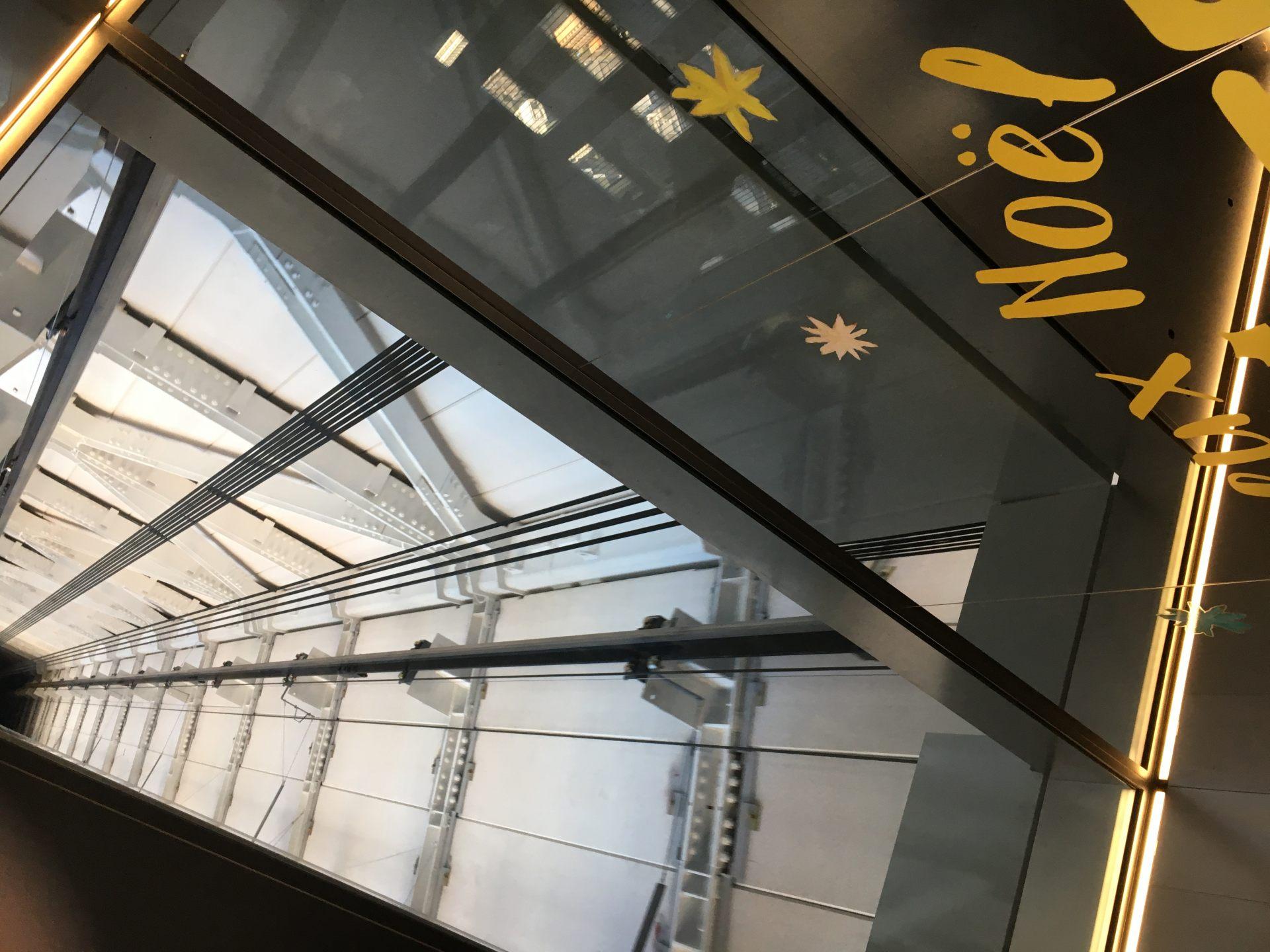 穿梭电梯的天窗
