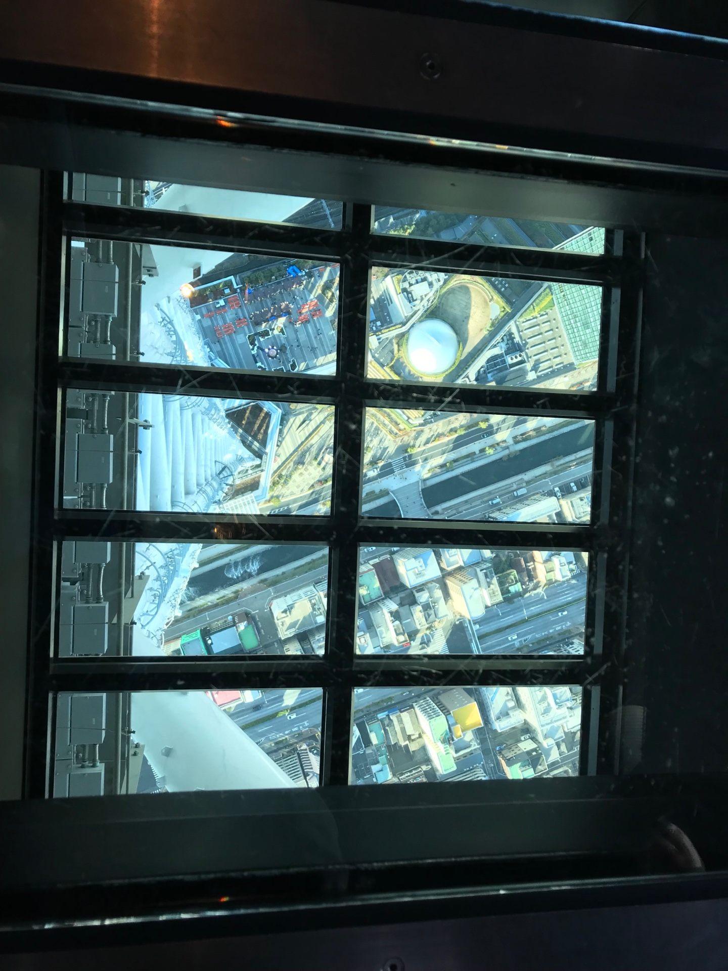 站在玻璃地板上俯瞰底下的景色
