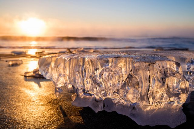 陽光照耀下光彩奪目的寶石冰