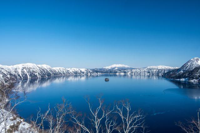 拥有深蓝色美丽湖面的摩周湖