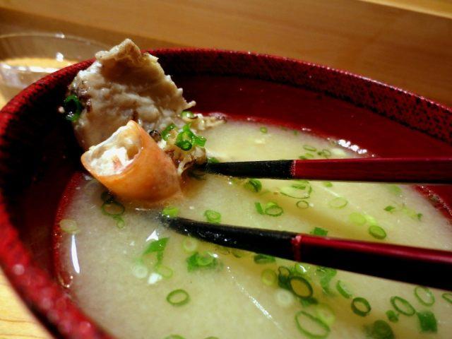 放有甜虾和鱼骨头的味噌汤
