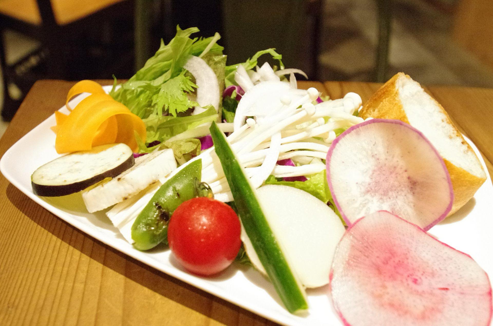 午餐附贈的沙拉。使用產地直送的蔬菜