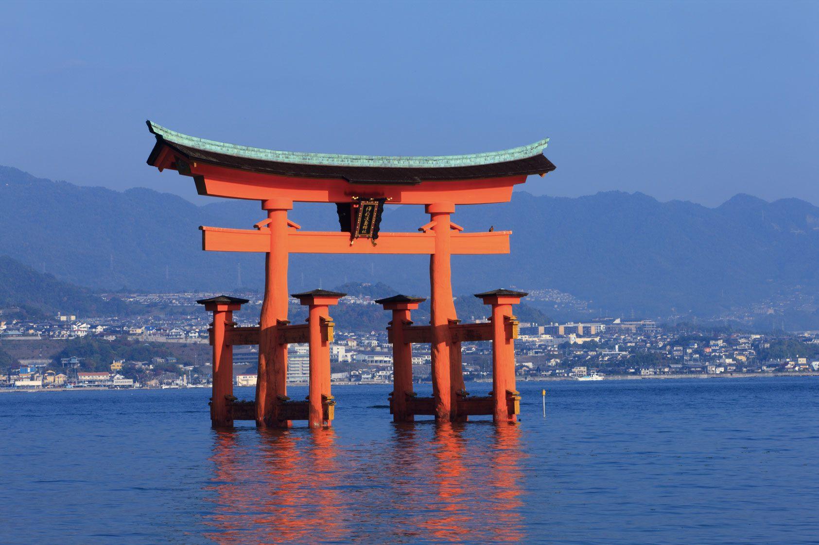 嚴島神社的鳥居好像是浮在海面上一般