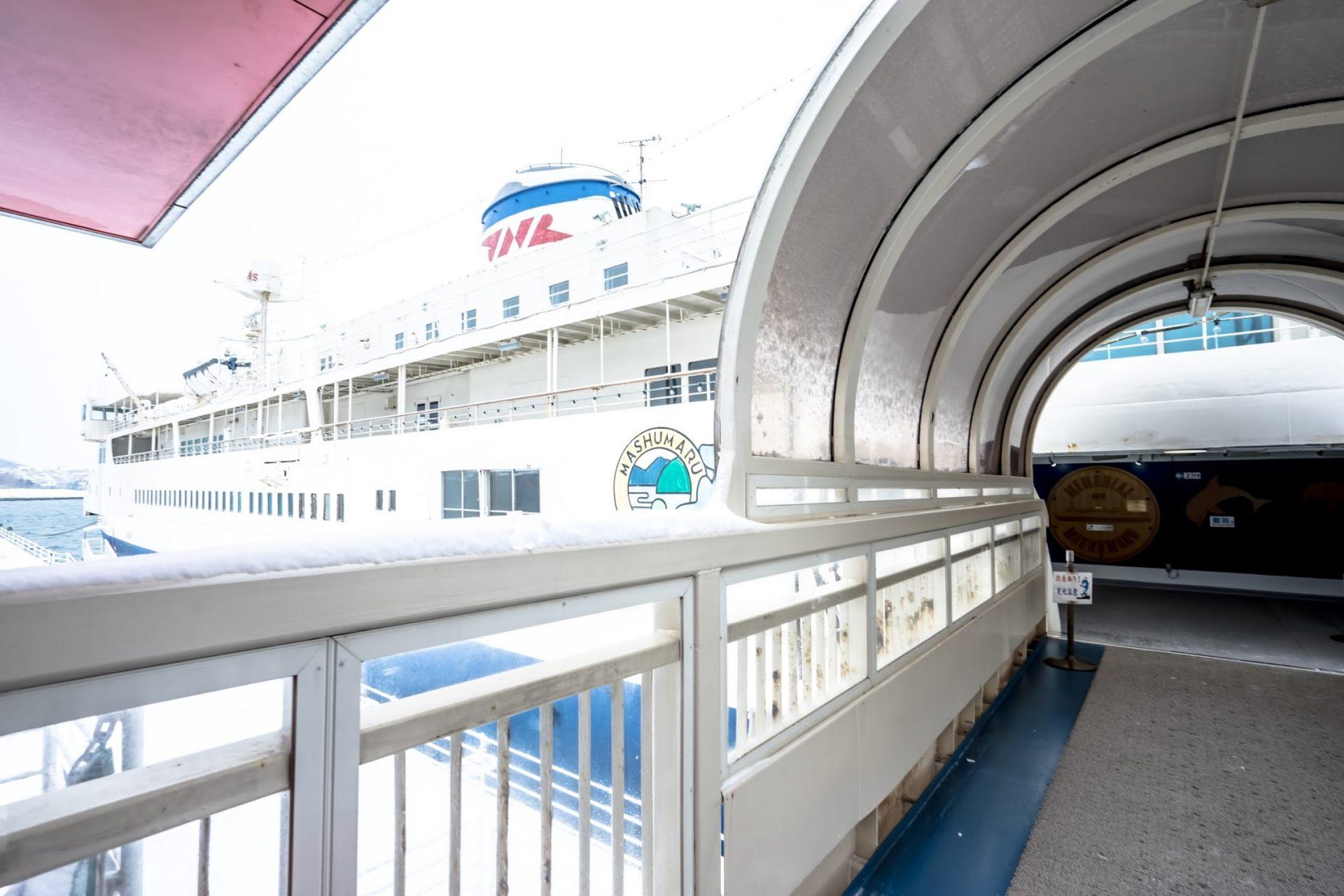 进入船内观看