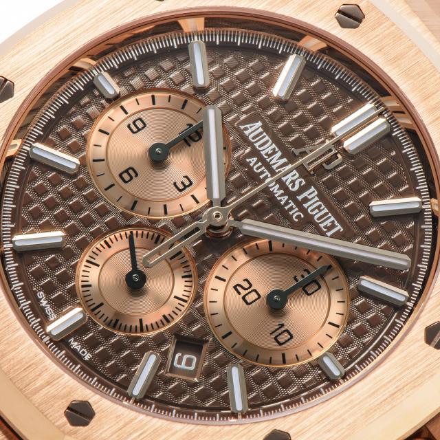 用「GRAND TAPESTRY」大格紋裝飾的棕色錶盤
