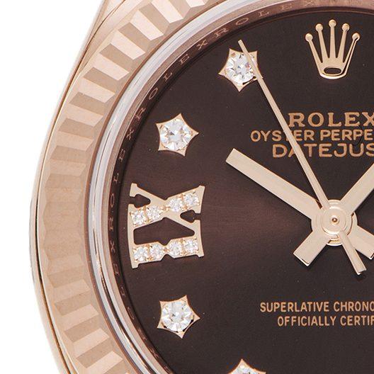 朱古力色的錶盤裡鑲嵌著熠熠生輝的鑽石!
