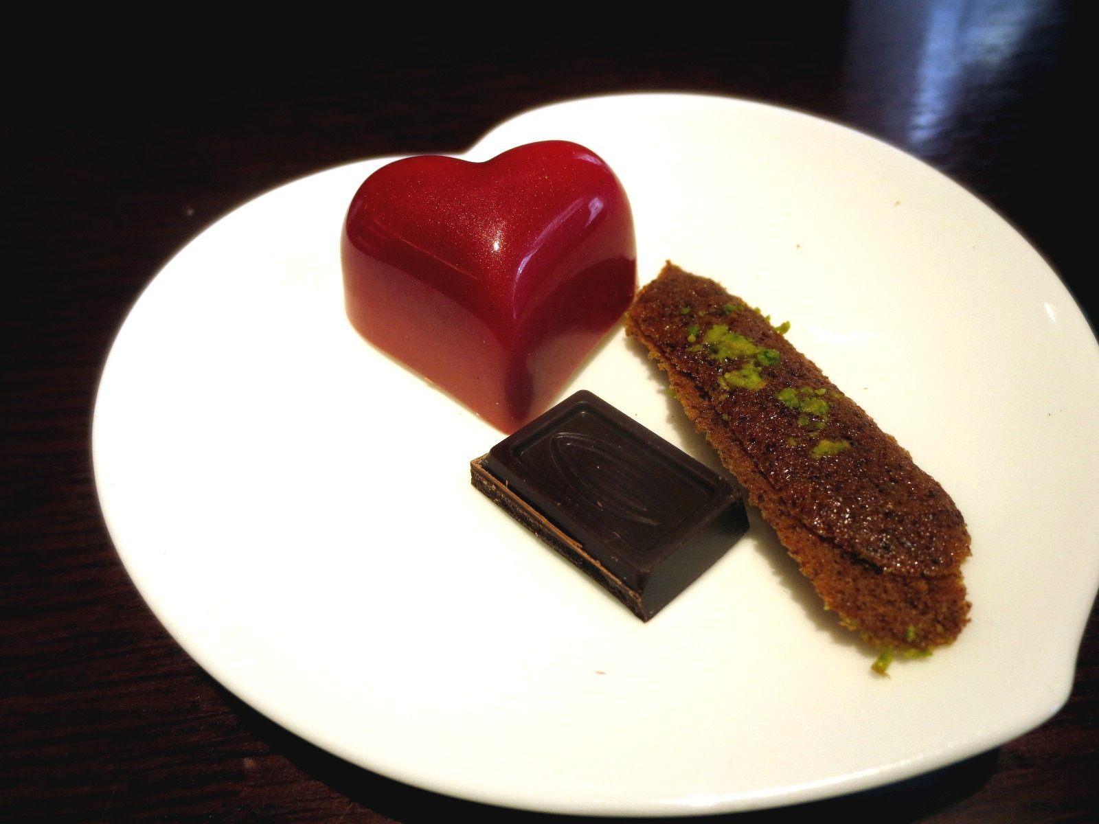 Bon Bon Chocolat是草莓牛奶口味還有附餅乾和巧克力。