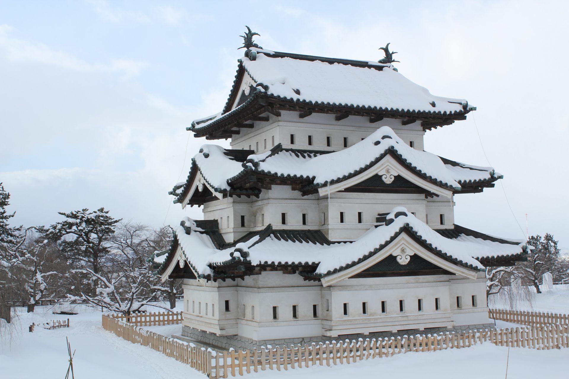 弘前城的美麗積雪景色