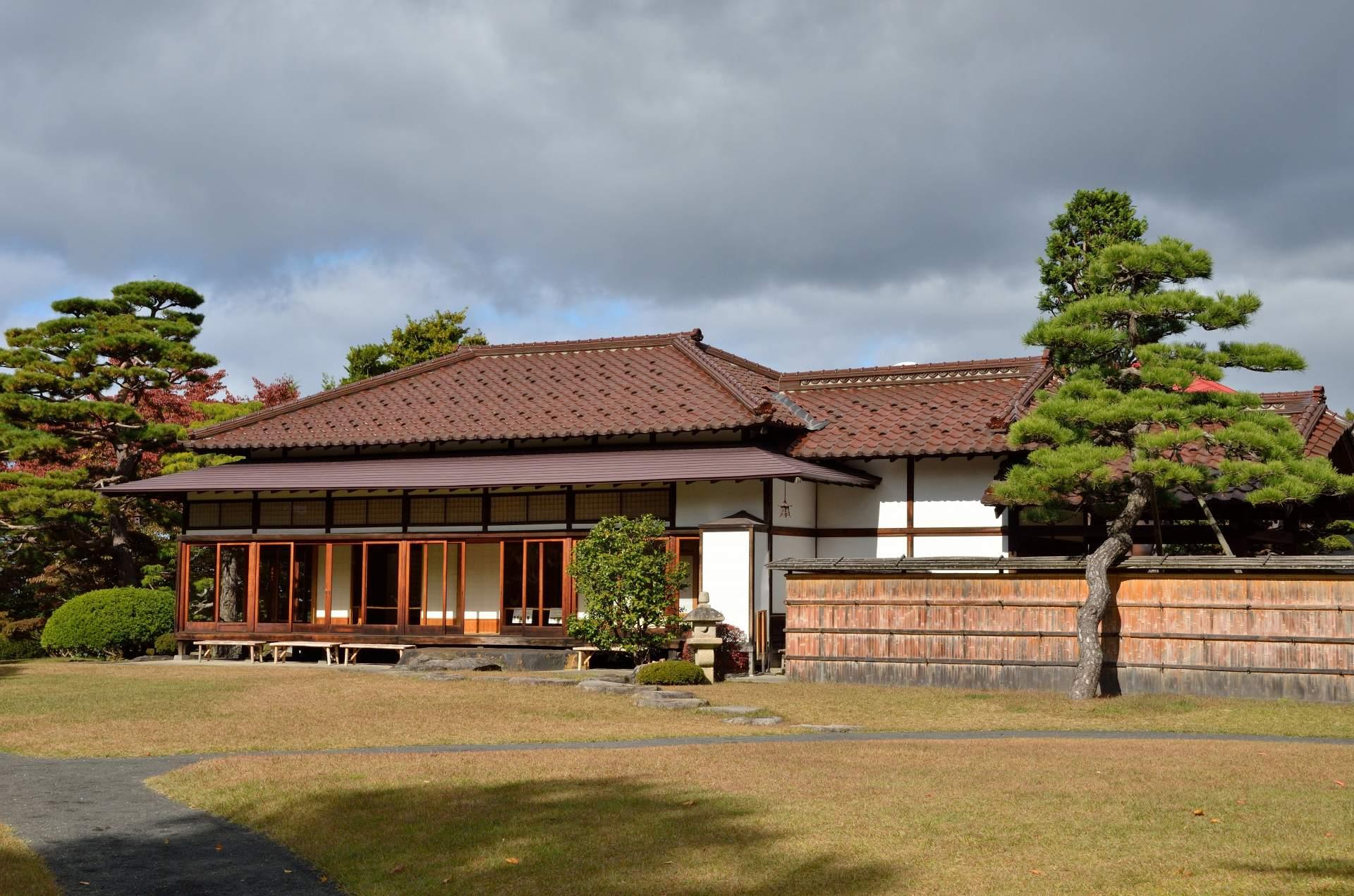 廣大的場地上有著美麗的日本庭園