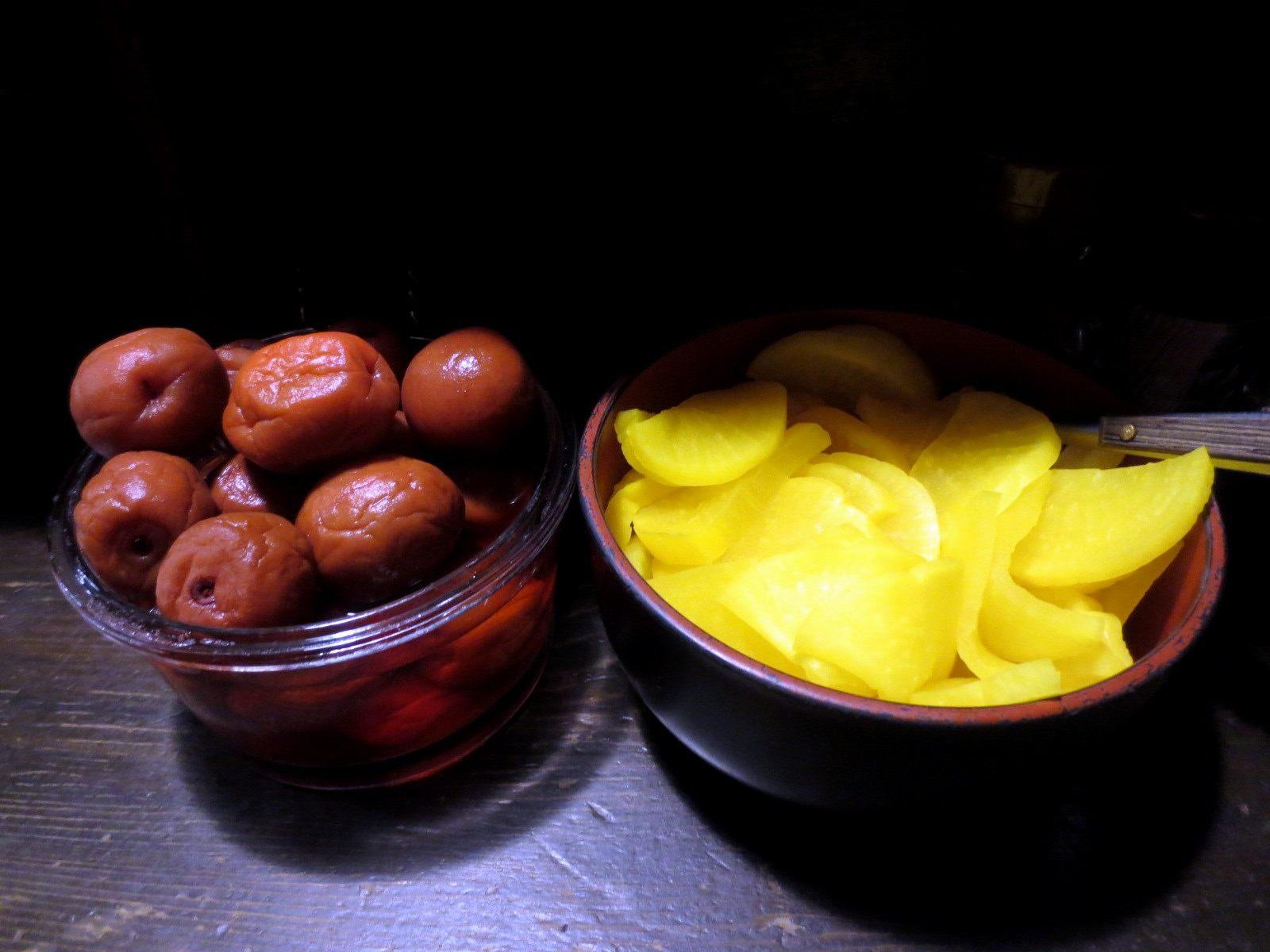 免费自取的腌梅子和腌黄萝卜
