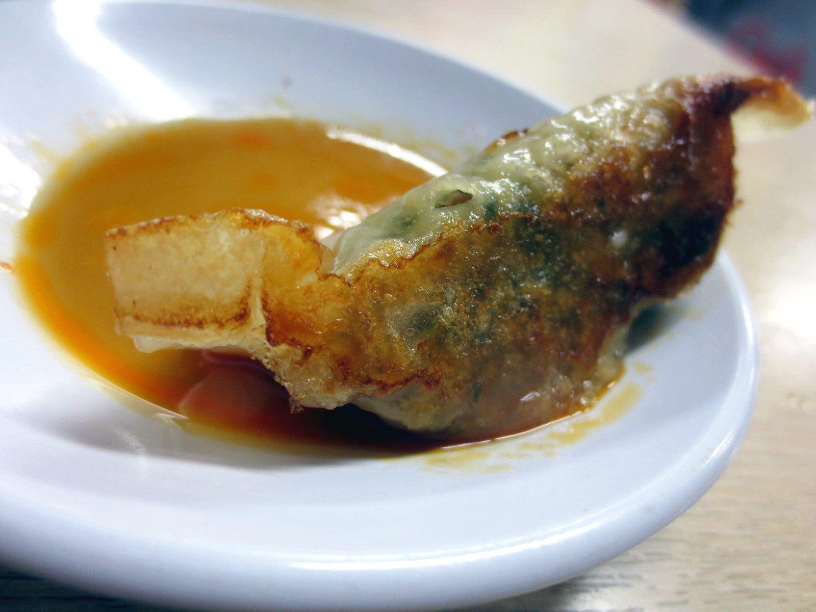 菠菜拉麵店自滿的拉麵和煎餃
