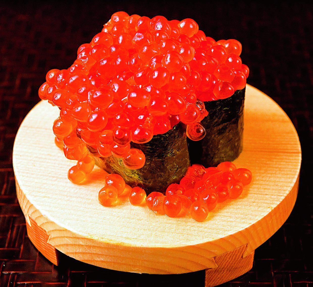「爆漿鮭魚卵壽司」 590日圓