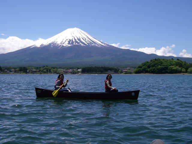 以雄偉的富士山為背景,用廣闊的心情體驗獨木舟