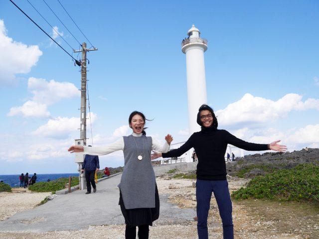 在象徵殘波岬的燈塔之前,兩人都相當激動。