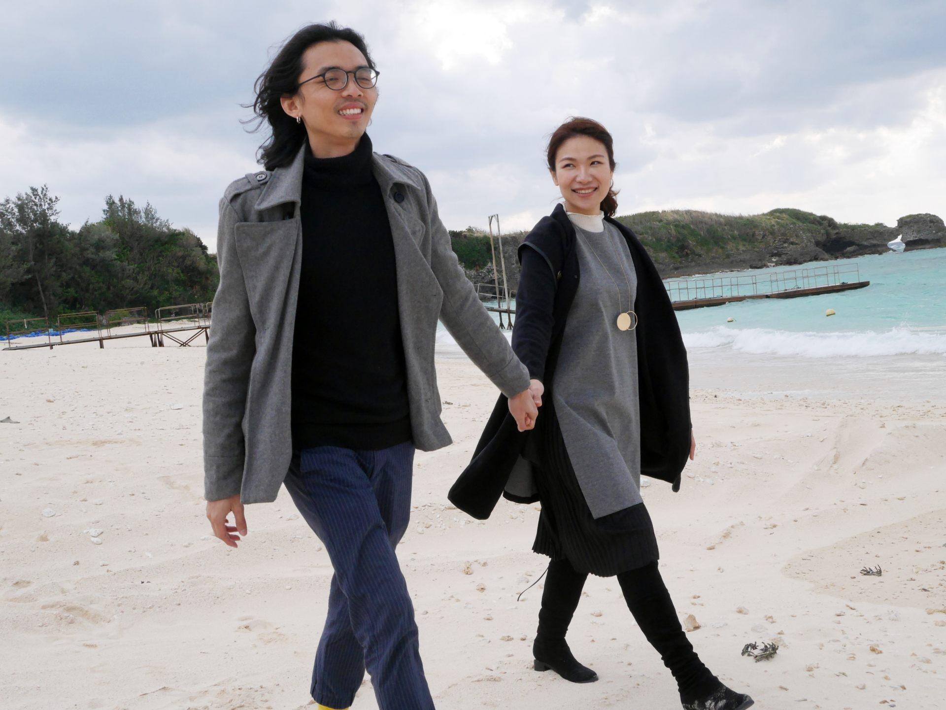 一邊眺望翡翠綠的海洋,一邊在白色沙灘上散步