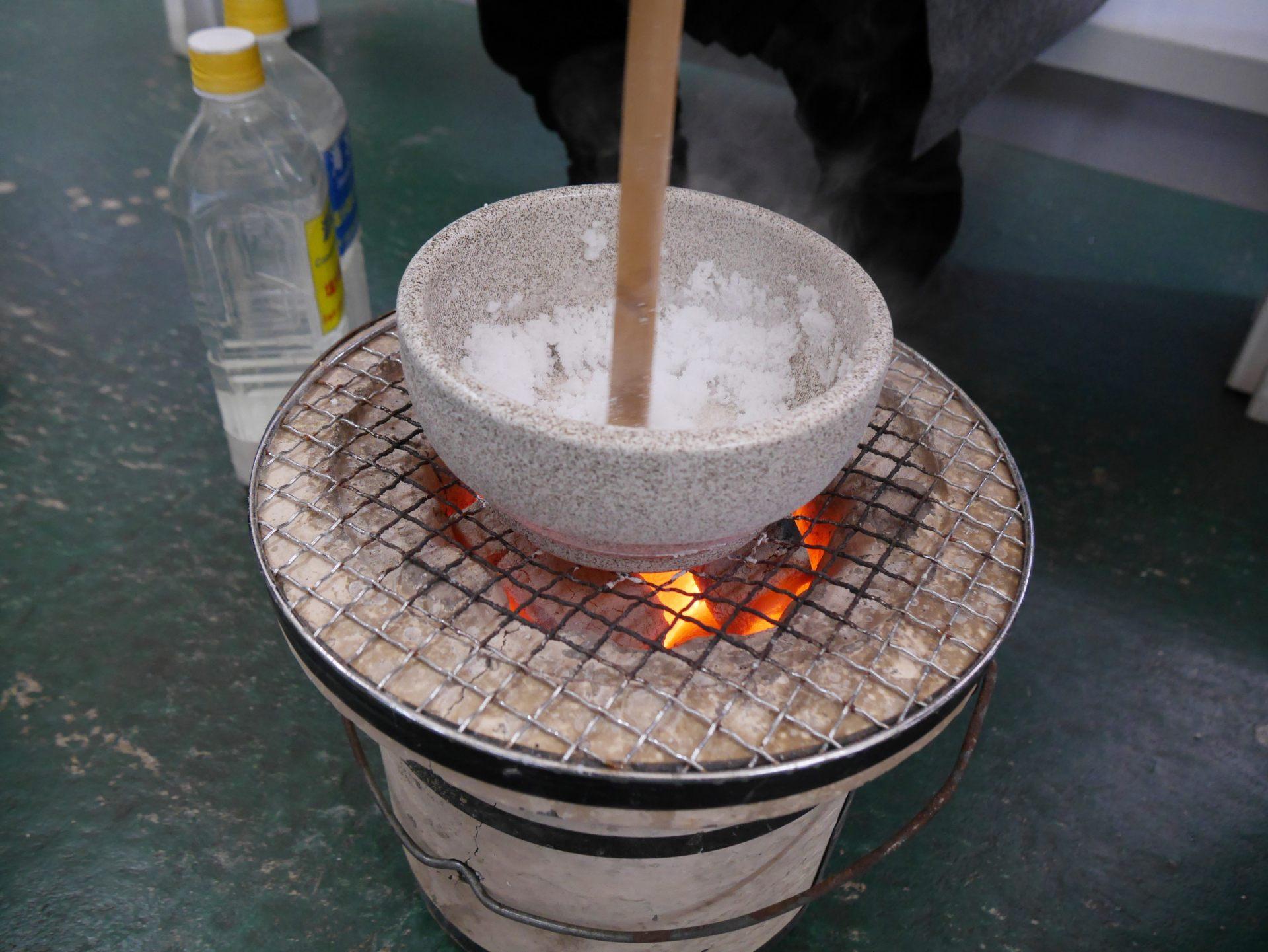 將海水加熱之後,小心不要讓它燒焦,一邊攪拌讓水分蒸