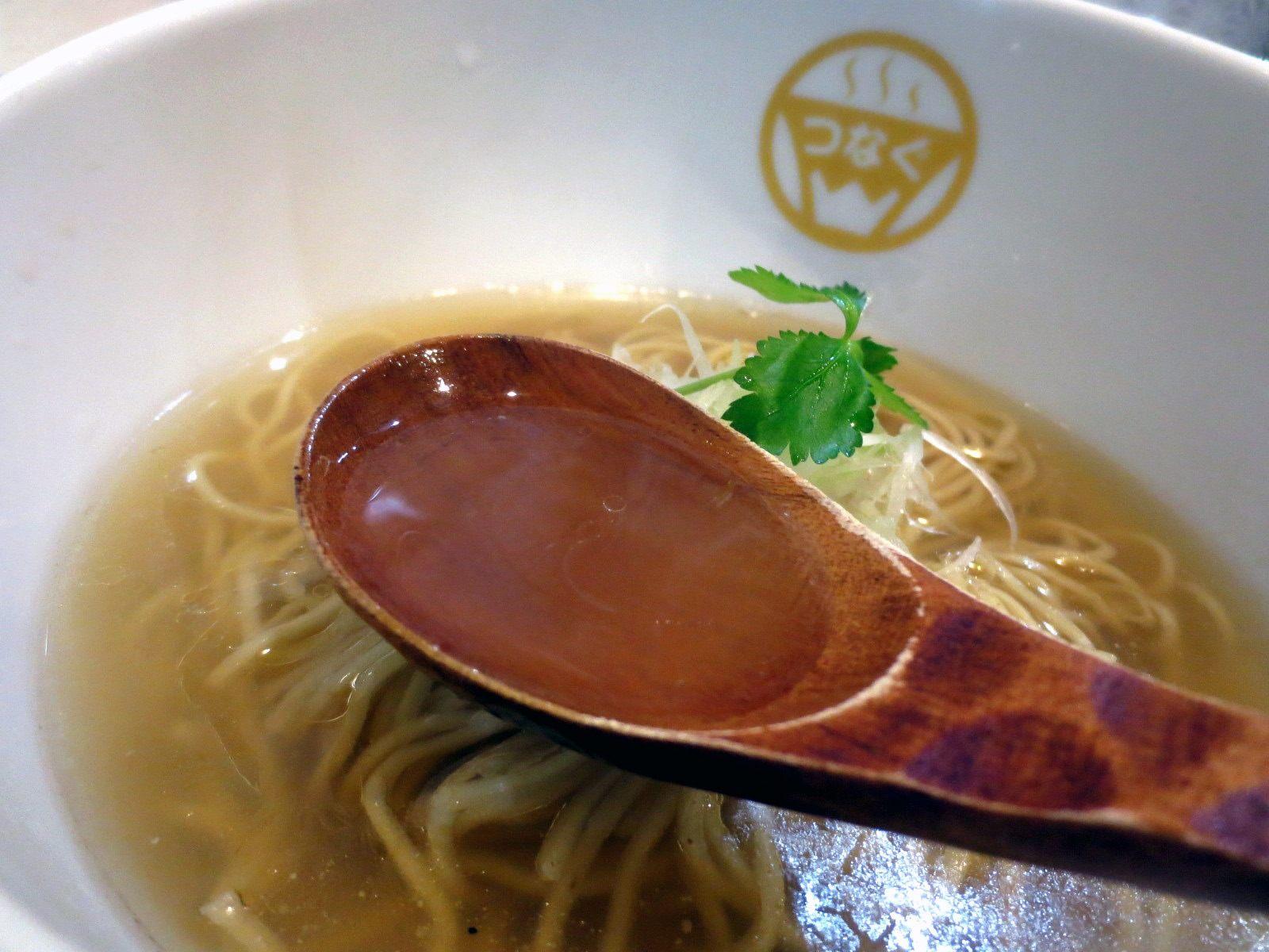 清澈透明的湯頭