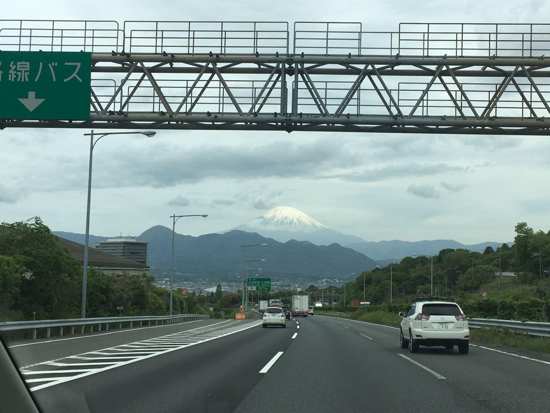 白雲間的冠雪富士
