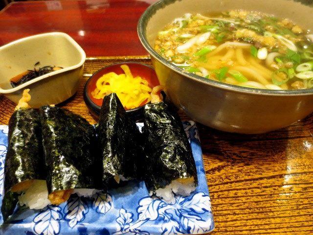 天婦羅飯糰套餐 870日圓(含天婦羅飯糰4個・烏龍麵或蕎麥麵・每日更換菜色的料理1品・漬物)