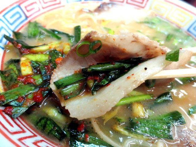 用叉燒包著韭菜泡菜吃