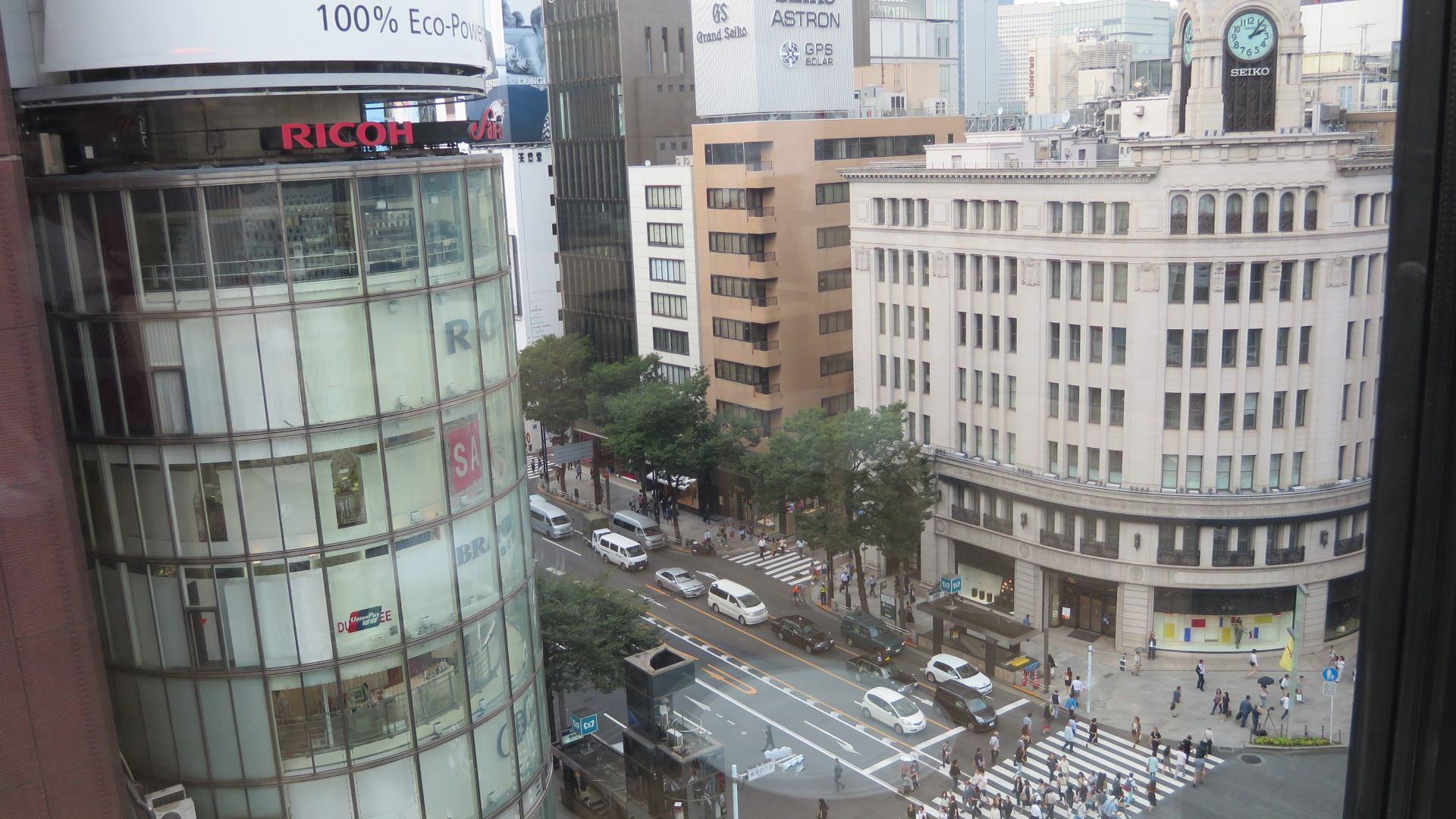 窗户外是银座4丁目的景色。