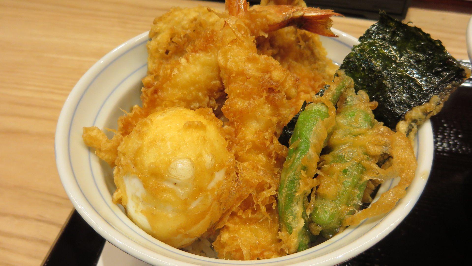 天丼(大虾2只、蔬菜2品、鱼介类炸物1品、炸半熟鸡蛋1个)