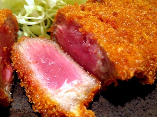 粉嫩的牛排肉看上去就非常好吃
