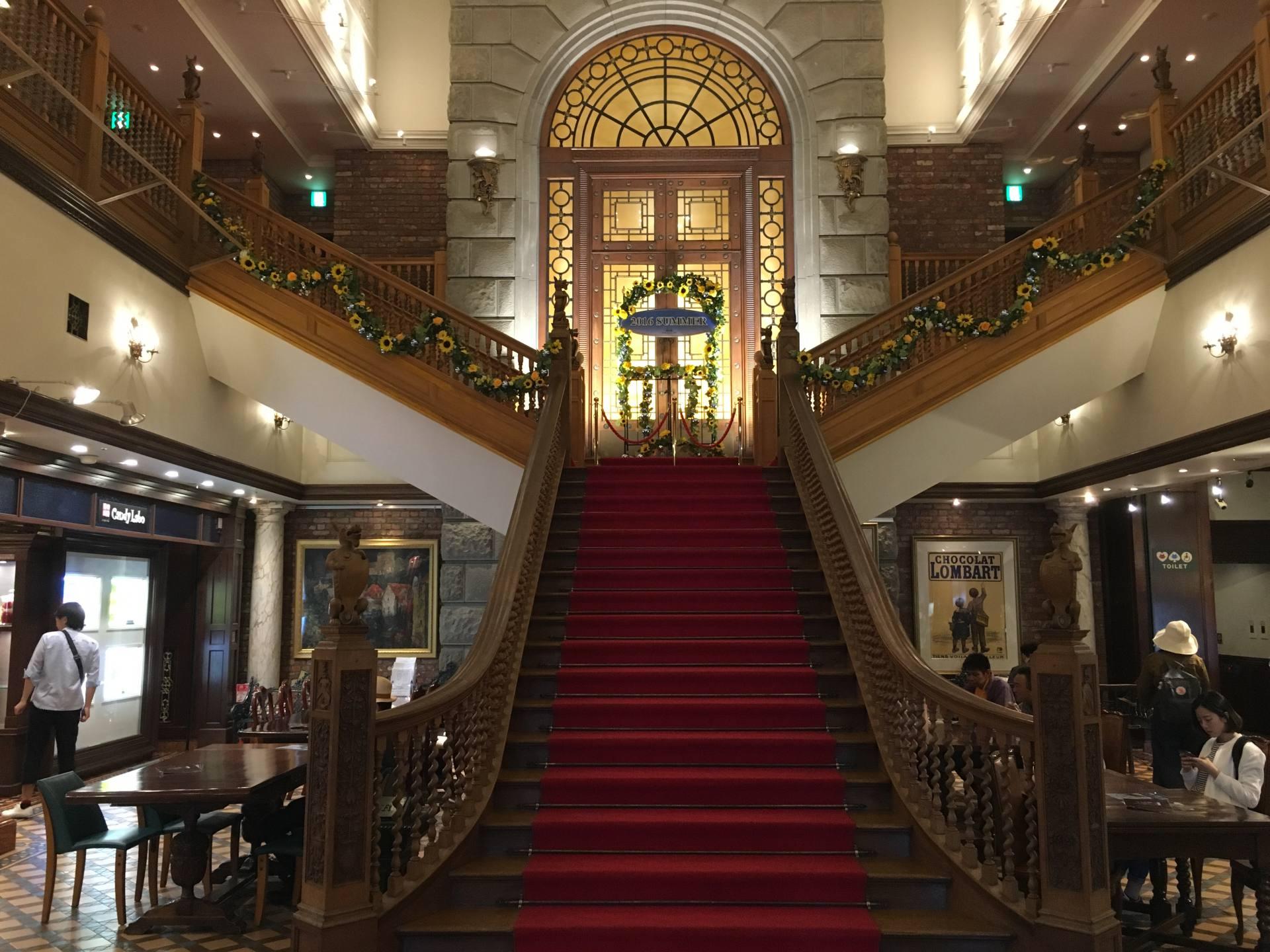 令人印象深刻的红地毯阶梯