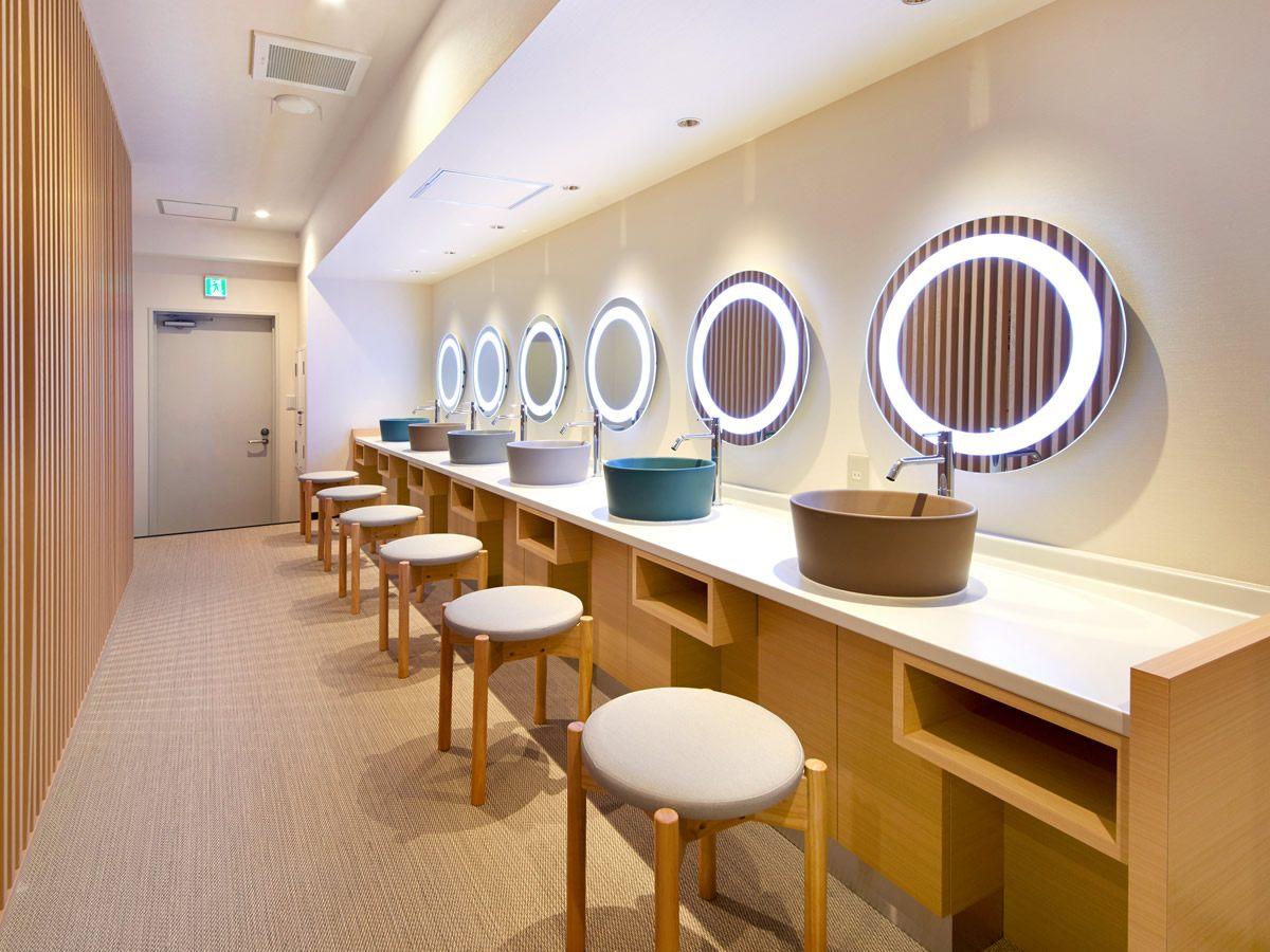 女性专用大浴场的洗脸间